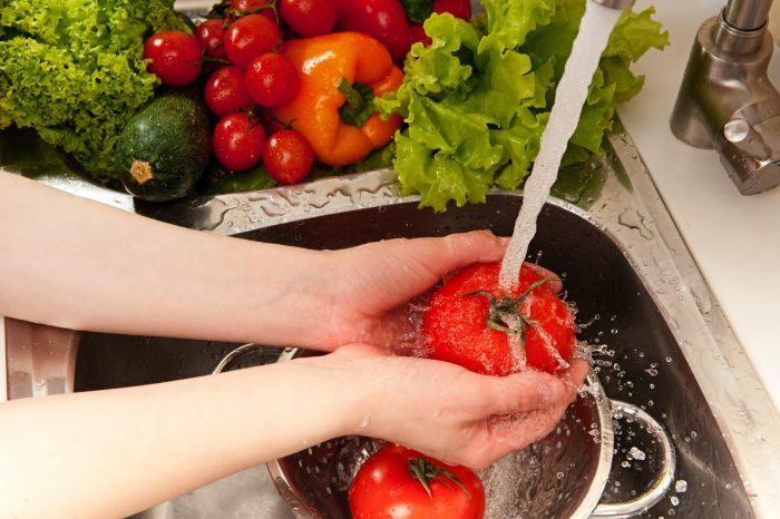 употребление в пищу плохо промытых овощей