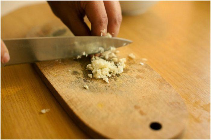 чеснок лучше нарезать довольно мелко