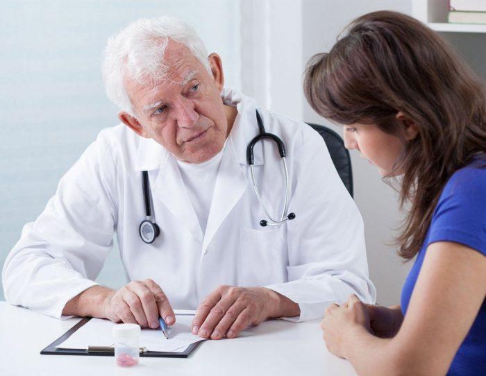 врач выбирает медикаментозную терапию